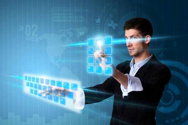мужчина работает на интерактивной панели